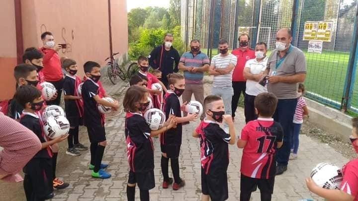 Karaköyspor futbol okulundaki minik futbolculara hijyen eğitimi verildi