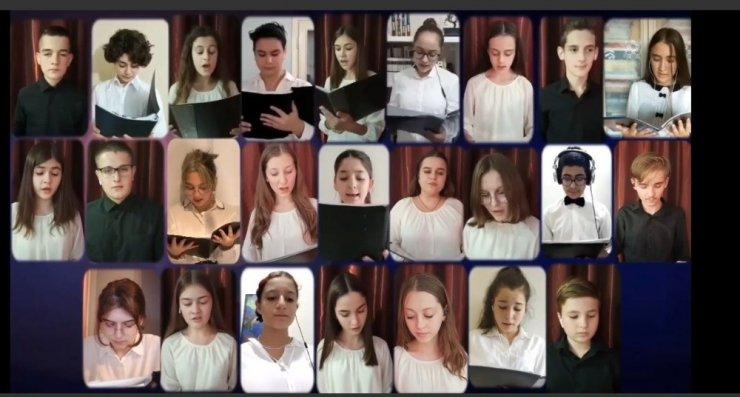 ÇÜ Ortaokul Korosu'nun online konseri ses getirdi
