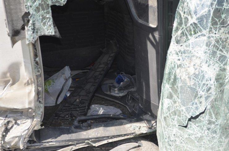 Hafriyat kamyonu yola devrildi: 1 yaralı