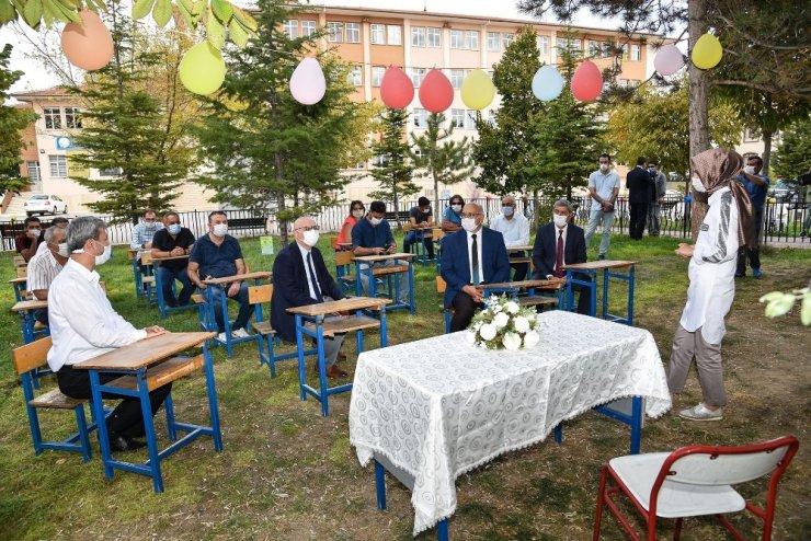 """Gençoğlu Konya'da """"Açık Sınıf"""" ve eğitim alanlarını inceledi"""