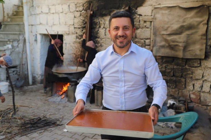 Nevşehir Belediye Başkanı Arı, köylülerle birlikte pekmez kaynatıp köftür yaptı
