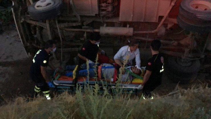 Manisa'da üzüm işçilerini taşıyan minibüs ile tır çarpıştı: 26 yaralı