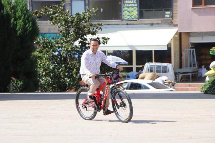 Başkan Yanmaz şampiyonun bisikletini sürdü