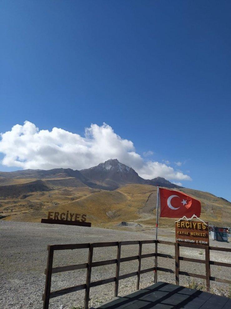 Erciyes'e sezonun ilk kar yağışı düştü