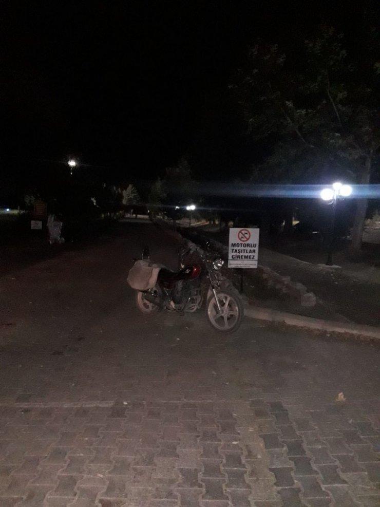 Zincire takılan motosiklet takla attı: 2 yaralı