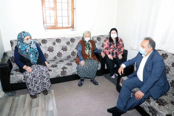 Başkan Yalçın Fatma teyzenin hem gönlünü hem duasını aldı