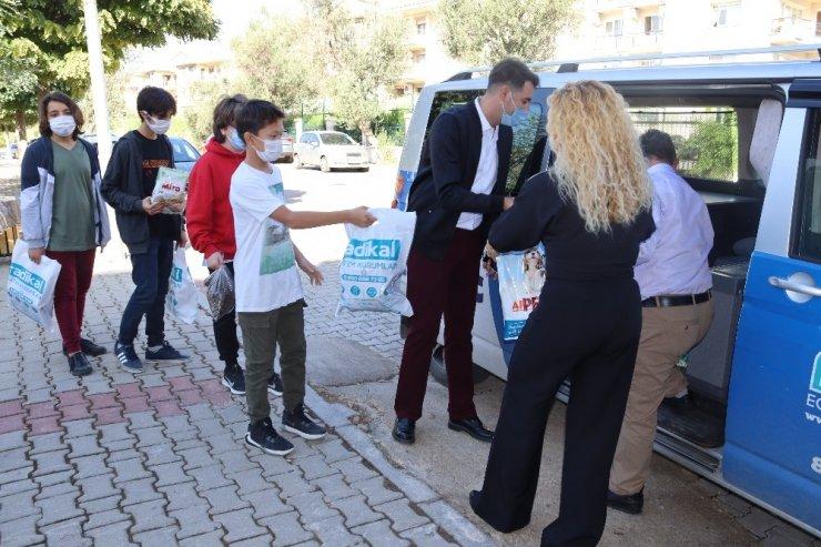 Öğrencilerden sokak hayvanlarına mama desteği