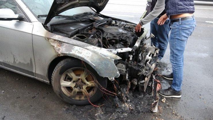 Pendik'te Audi marka araç alev alev yandı