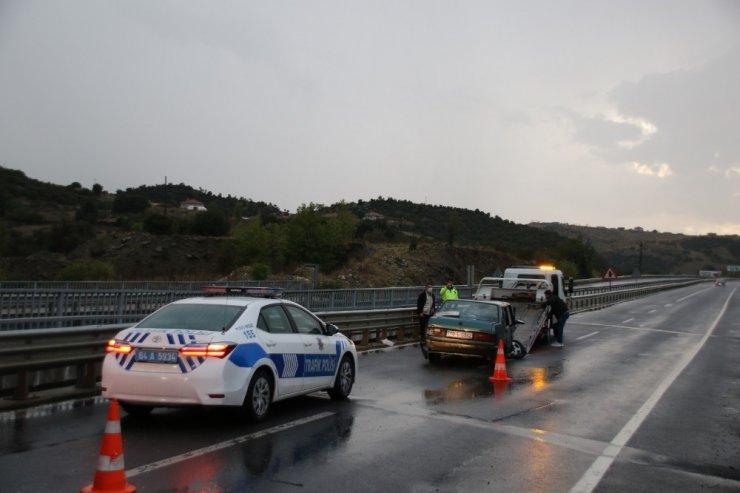 Uşak'ta bariyerlere çarpan otomobilde 2'si çocuk 5 kişi yaralandı