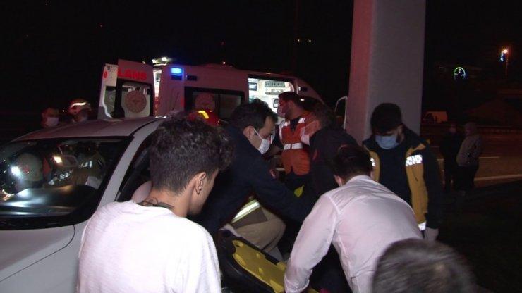 TEM otoyolunda otomobil bariyerlere ok gibi saplandı; 2 ağır yaralı