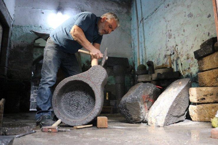 Diyarbakırlı taş ustası bazalt taşından sanat eserleri çıkarıyor