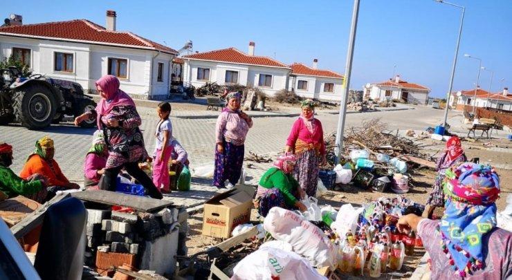 Ayvacık'taki okullardan İzmir'e 368 yardım kolisi