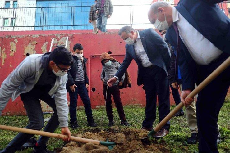 Bağcılar'da 11 yaşındaki öğrenciler 111 ağaç dikti
