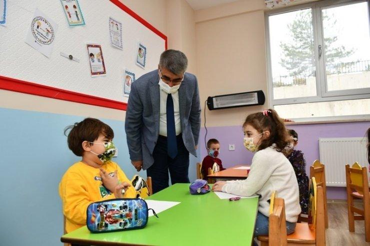 Vali Gürel minik öğrencilerle buluştu
