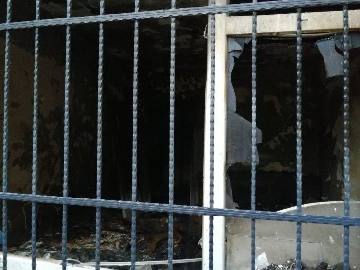 Ataşehir'de iki katlı binada yangın