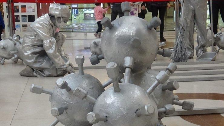 Ceylan Karavil Park AVM'de canlı heykeller, korona virüse karşı uyardı