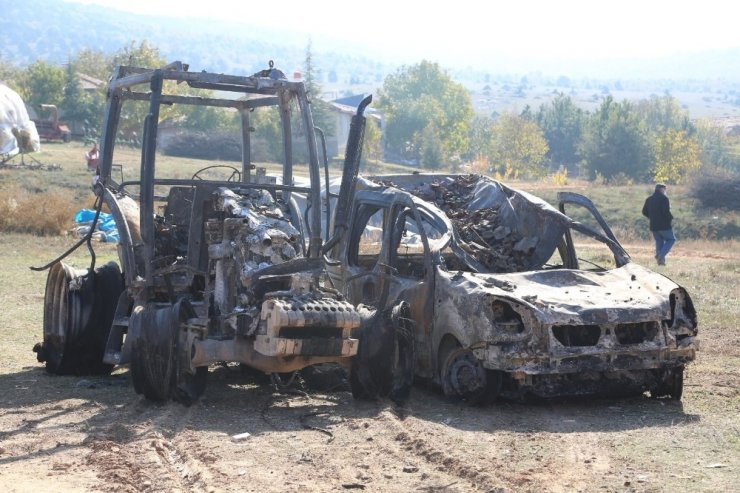 Alevler önüne geleni yaktı; 2 traktör, 1 kamyonet, 50 ton arpa, bin adet balya ve 3 ahır kül oldu