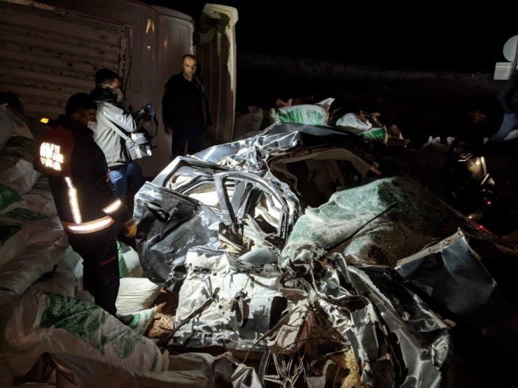 Tır otomobilin üzerine devrildi: 1 ölü
